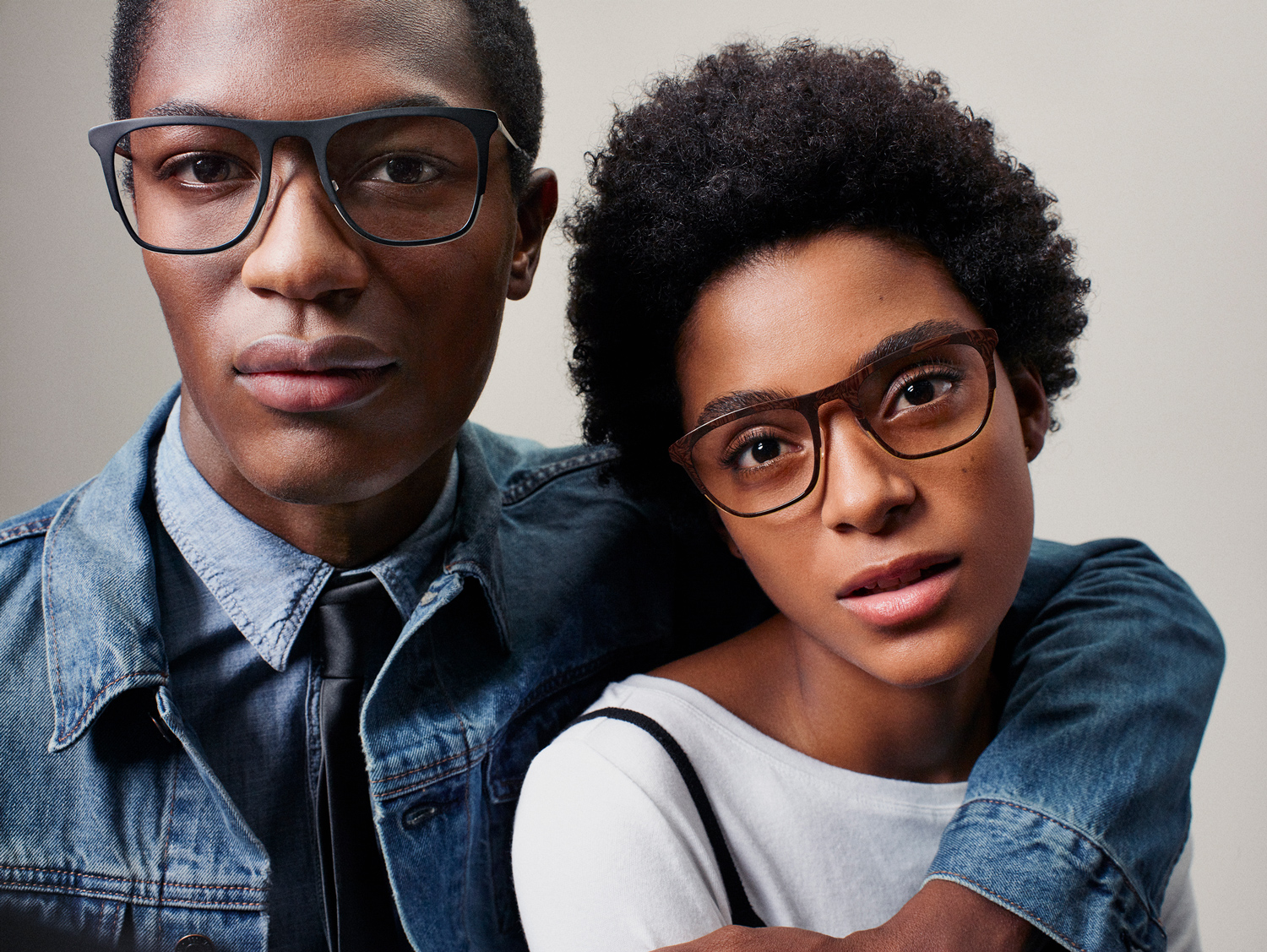 Shot_06_Couple_Eyeglasses_Cassady_MarbledWalnut_Archer_JetBlack_Alecia_Hamid_050